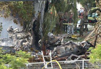 沖縄国際大学の構内に墜落炎上した米軍CH-53ヘリ。米軍が現場の立ち入りを厳しく制限した=2004年8月13日午後3時25分、宜野湾市宜野湾