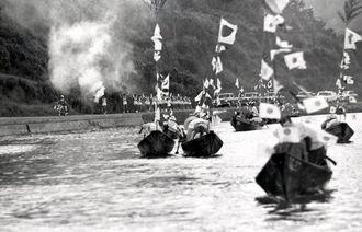 塩屋湾では29隻のクリ舟が日の丸を高々とかかげて聖火を迎えた=1964年9月9日、大宜味村塩屋