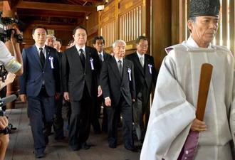 集団で参拝に向かう「みんなで靖国神社に参拝する国会議員の会」の尾辻秀久会長(前列左から3人目)ら=15日午前、東京・九段北