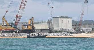 砕石を敷き詰めるなど、護岸工事が進む新基地建設現場=21日午前11時24分、名護市辺野古・米軍キャンプ・シュワブ沿岸