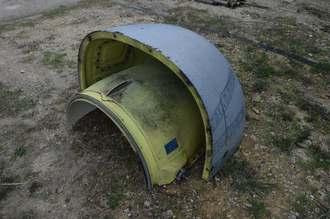 オスプレイから落ち、うるま市伊計島に漂着した部品=9日