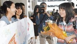 米国での手術に成功し、那覇空港で出迎えた同級生に笑顔を見せる要美優さん(右)=11月15日