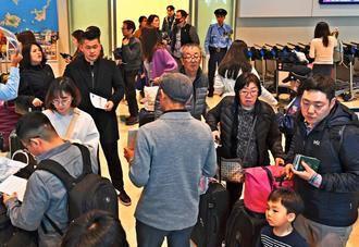 春節を沖縄で過ごそうとする外国人観光客ら=5日午後、那覇空港