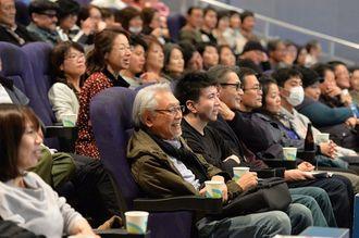 ウーマンラッシュアワーの村本さんのお笑いライブを楽しむ来場者=3日、那覇市・桜坂劇場