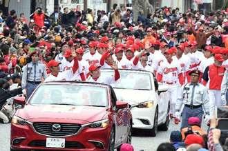 大勢のファンの声援を受け、パレードする広島東洋カープの選手たち=25日午後、沖縄市・ゲート通り
