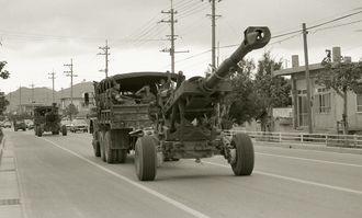 住宅街を通り、県道104号越え実弾砲撃の演習場へ向かう大砲の車列(1984年)