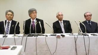 日ロ首脳会談を受け記者会見する千島歯舞諸島居住者連盟の幹部=27日午前、札幌市