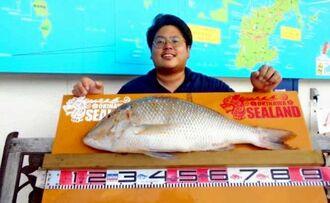 本部海岸で74センチ、6.06キロのタマンを釣った真栄城徳彦さん=7月19日