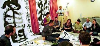 浜野龍峰さんが書を披露したワークショップ=アルゼンチン広報文化センター