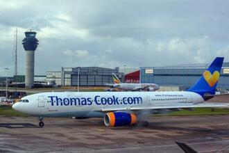 英マンチェスター空港に駐機する欧州旅行代理店大手トーマス・クックの航空機=8月13日(AP=共同)