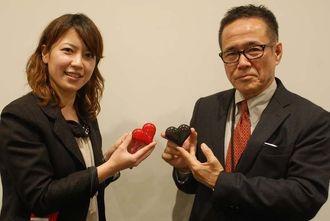 新商品HeartをPRする中山興徹部長(右)と坂元理恵氏=5日、沖縄タイムス社