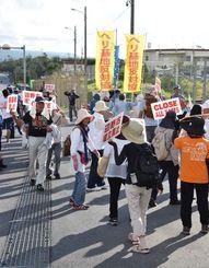 米軍キャンプ・シュワブゲート前で新基地建設へ反対の声を上げる市民ら=1日、名護市辺野古