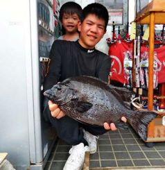 山川漁港で46.6センチ、1.93キロのガラサーミーバイを釣った岸本安輝さん=3日