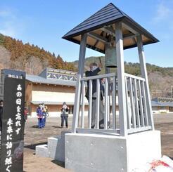 犠牲となった消防団員の越田冨士夫さんを思い、鐘を鳴らす兄聖一さん=2月28日午前、岩手県大槌町