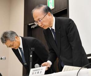 記者会見で陳謝する住友重機械工業の別川俊介社長(右)=24日午後、東京都中央区
