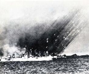 沖縄に向け、一斉に艦砲射撃する米艦隊