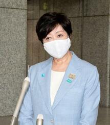 報道陣の取材に応じる東京都の小池百合子知事=3日午後、都庁