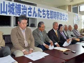 山城博治議長ら3人の早期釈放を求めて訴えるメンバーら=4日午後2時8分、沖縄県庁記者クラブ
