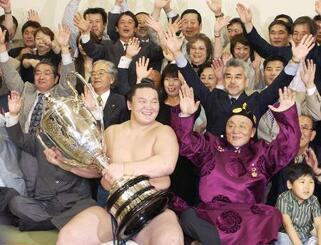 2006年5月、大相撲夏場所で初優勝を飾り、支度部屋で父のジジド・ムンフバトさん(手前右)らと賜杯を手に喜ぶ大関白鵬=両国国技館