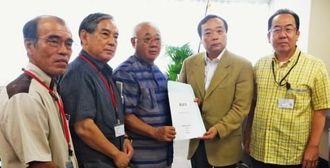上田隆之長官(右から2人目)へ要請書を手渡す下地敏彦市長(同3人目)ら=経済産業省