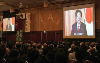 憲法改正推進を目指す大規模集会に寄せられた安倍首相のビデオメッセージ=18日午後、和歌山市