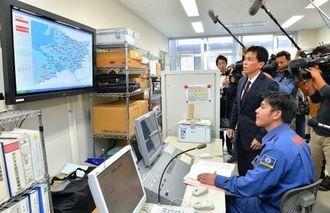 全国瞬時警報システムの訓練で那覇市内の情報伝達状況を確認する職員=5日午前、那覇市役所