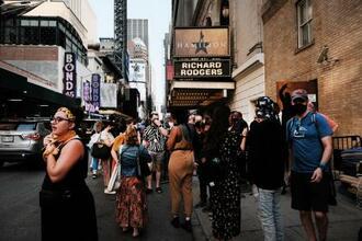 14日、米ニューヨーク市の劇場の外に集まったファンら(ゲッティ=共同)