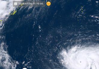 右下が台風8号。すでにくっきりと台風の目ができているのが分かる(6日午前11時10分、ひまわり8号リアルタイムwebから)