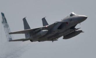 那覇空港を離陸する航空自衛隊のF15戦闘機=3日午後0時57分