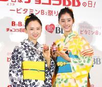 酷暑に負けず海や川へ 女優の永作博美と新木優子