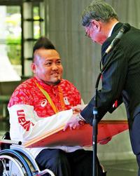 リオパラリンピック銅メダルの仲里進選手に県民栄誉賞 「東京で金」に決意新た
