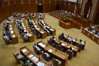 沖縄県議会、米軍パラシュート訓練と流れ弾に抗議 全会一致で