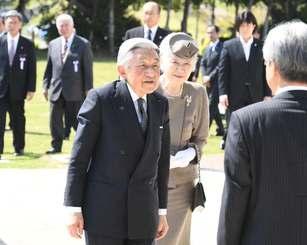 沖縄平和祈念堂に到着した天皇、皇后両陛下=27日午後2時39分、糸満市摩文仁