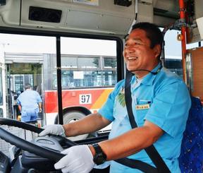 流ちょうな中国語で外国人観光客をサポートする那覇バスの比嘉健勇さん=南風原町・那覇バス新川営業所