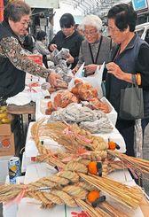 しめ縄や田芋などを買い求める人たちでにぎわう市場=30日午前11時ごろ、糸満市糸満(国吉聡志撮影)