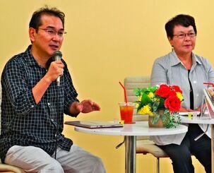 正子・R・サマーズさんの著書について話す原さん(左)と宮城さん=24日、那覇市牧志