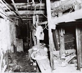 首里城下の第32軍司令部壕内の壁に沿って並べられた棚寝台。病院としても使われた=1945年7月6日