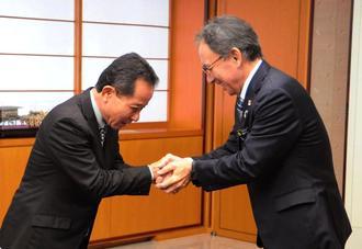会談冒頭、玉城デニー知事(右)と握手する照屋守之県連会長=県庁