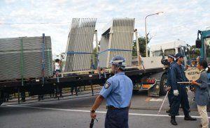 プレハブ資材のようなものを積んだトラックが米軍北部訓練場に入った=15日午前6時1分、東村高江
