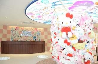 サンリオの人気キャラクターがフロントで出迎える「ホテル沖縄withサンリオキャラクターズ」のフロント=10日、那覇市