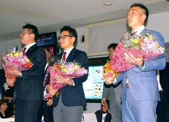 歓迎の花束を受け取る楽天の大久保博元監督(左)ら=久米島空港