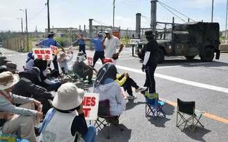 米軍キャンプ・シュワブゲート前に座り込む市民ら=11日、名護市辺野古