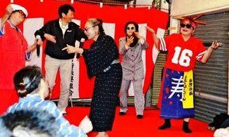 ノリノリの歌とダンスを披露したおばぁラッパーズと城間市長(右から2人目)=8日、栄町市場