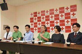 会見で「てんかん治療の拠点病院としての役割を果たしつつある」と話す饒波正博脳神経外科部長(右から3人目)=27日、那覇市与儀の沖縄赤十字病院