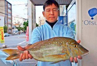 那覇一文字で54・6センチ、1・89キロのタマンを釣った前田憲さん=4月23日
