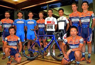 チーム移籍会見で笑顔を見せる内間康平(後列右から3人目)