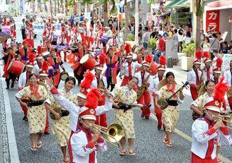 華やかな演舞でパレードする西原高校と南風原高校の合同チーム=22日午後、那覇市・国際通り