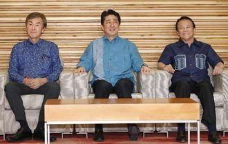 閣議に臨む(左から)石原経済再生相、安倍首相、麻生財務相=7日午前、首相官邸