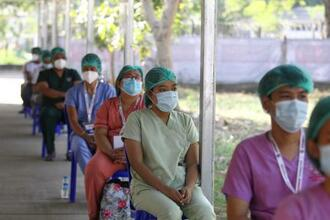 ヤンゴンの病院でワクチン接種を待つ医療従事者=27日(AP=共同)