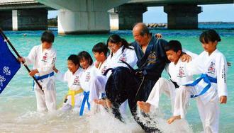 冷たい海の中での寒稽古で力強い突きや蹴りで気合いを入れた子どもたち=那覇市・波の上ビーチ